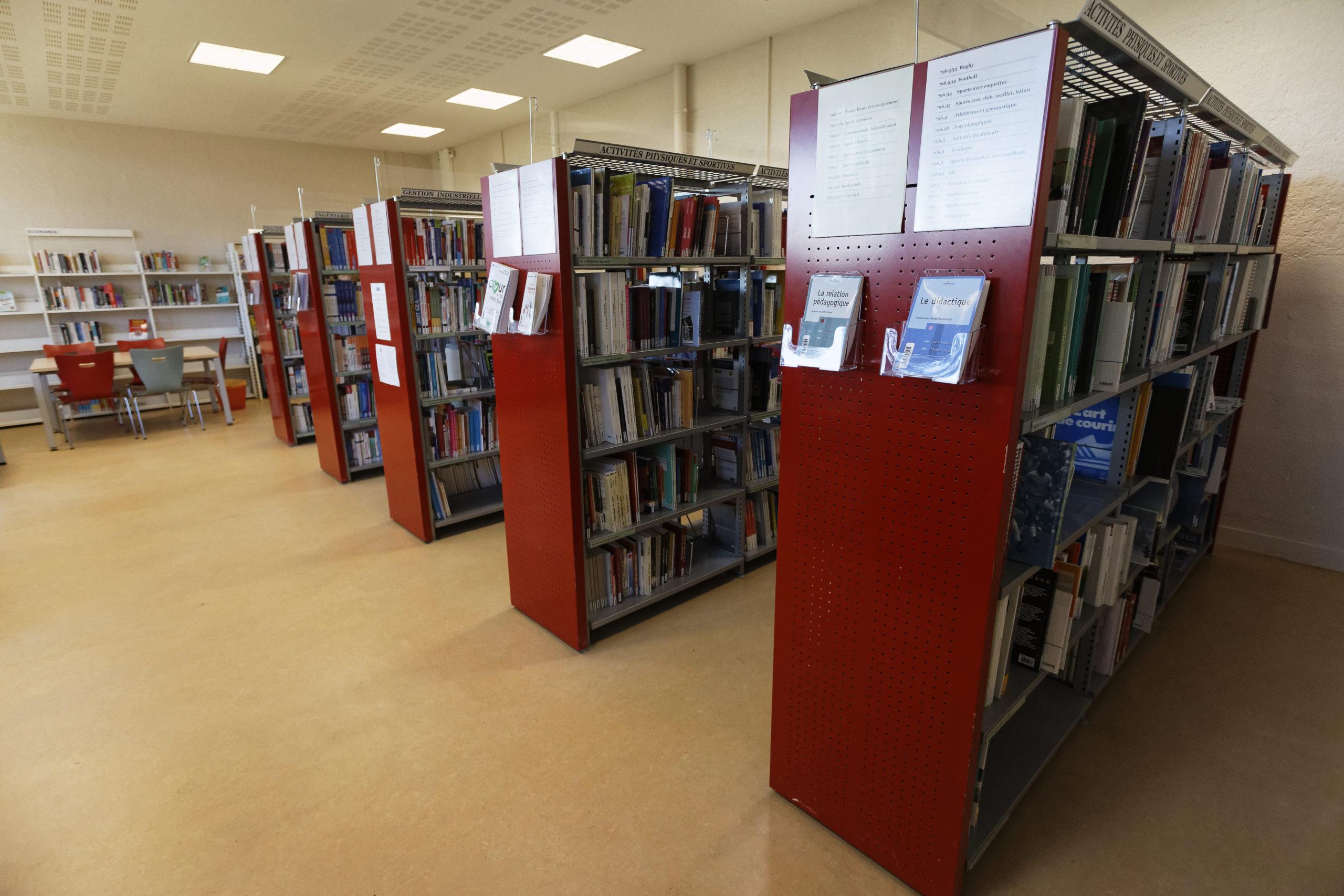 photographie de la bibliothèque universitaire de Soissons / Cuffies : rayonnages
