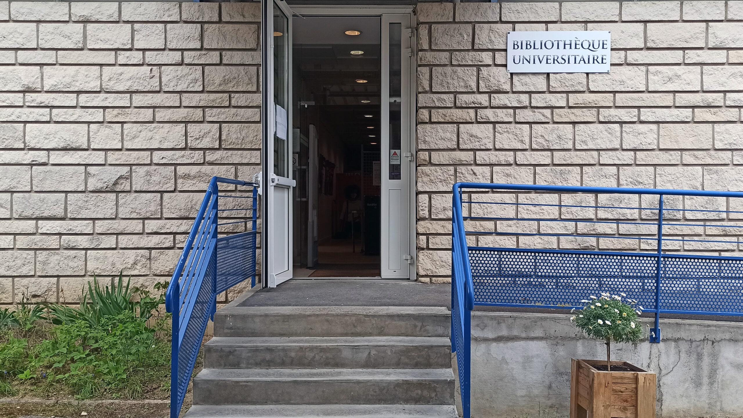 photographie de la bibliothèque universitaire de Soissons / Cuffies : entrée de la bibliothèque