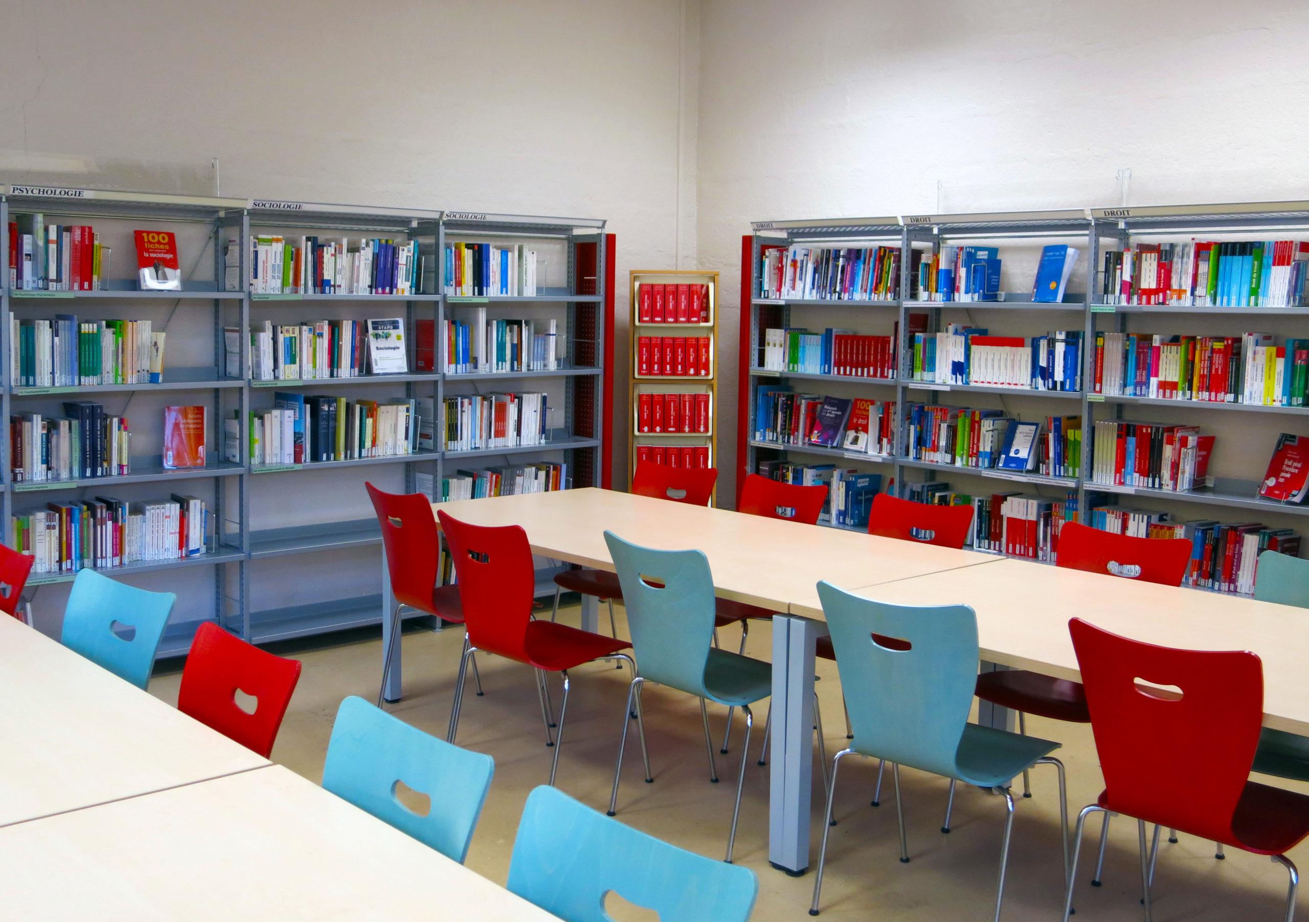 photographie de la bibliothèque universitaire de Soissons / Cuffies : rayonnage et espace de travail