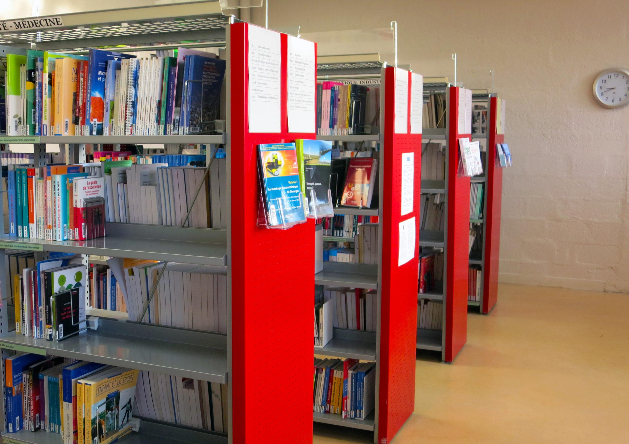 photographie de la bibliothèque universitaire de Cuffies / Soissons, rayonnages de livres