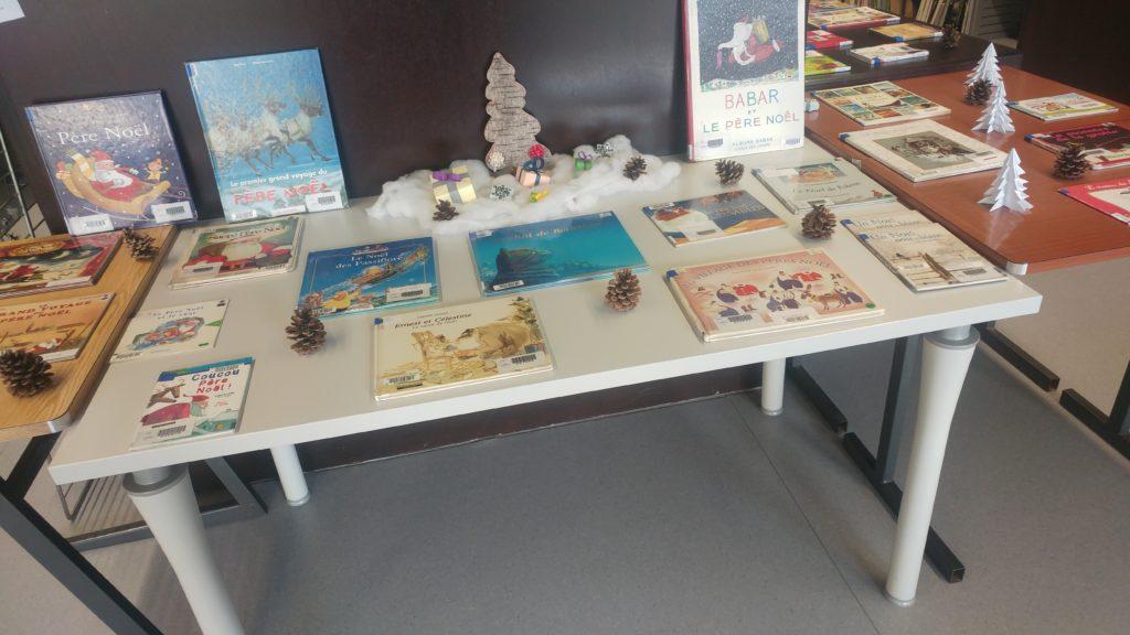 Photographie de l'exposition de livres à la Bu de l'inspe de Beauvais, thématique : Noël.